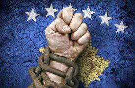 Kosovo Flagge und Hand in Ketten