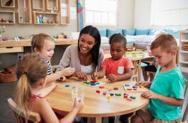Kinder beim Montessoriunterricht