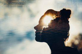 Kopf einer Frau vor der Sonne