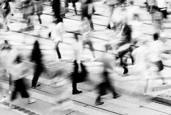 Menschen gehen auf Straße